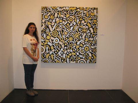 هبة الخمليشي وإحدى لوحاتها