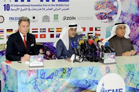 طلال جاسم الخرافي متوسطاً د. سلام العبلاني وديفيد فاروقي خلال المؤتمر الصحفي