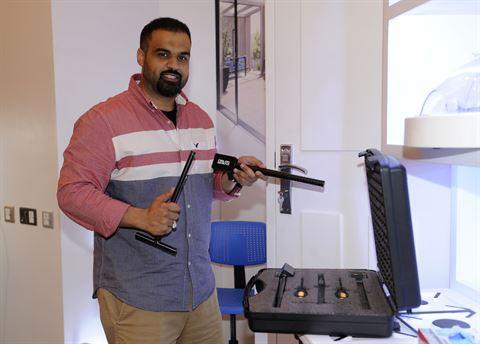 المخترع الكويتي حسين محمد بومجداد مع منتجه النجاري (أداة فتح الأبواب للطوارئ)