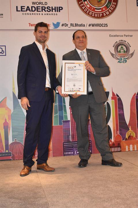 أسامة ممدوح، مدير فندق روضة أمواج سويتس يتسلم جائزة التقدير للفندق باعتباره أفضل جهة توظيف في دول مجلس التعاون الخليجي.