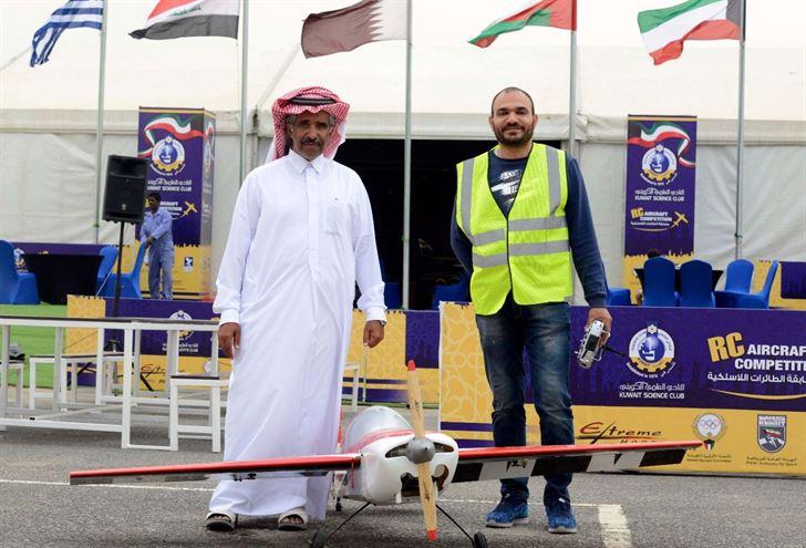 المتسابق الشيخ خالد بن حمد آل ثاني مع متسابق قطري