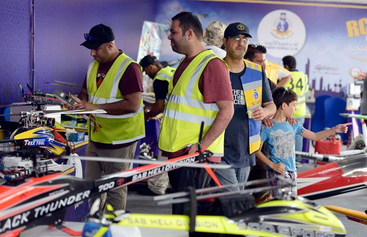 المتسابق صالح الرشيد مع مجموعة من المتسابقين الكويتيين