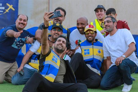 عضو اللجنة المنظمة للمسابقة محمد أسد يلتقط صور مع بطل العالم والحكم الإماراتي طارق السعدي ومجموعة من أعضاء اللجنة المنظمة والمتسابقين