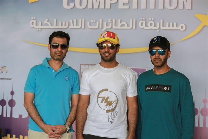 بطل العالم والحكم الإماراتي طارق السعدي يتوسط المتسابقين الإماراتيين ثامر الشامسي ومحمد الزرعوني
