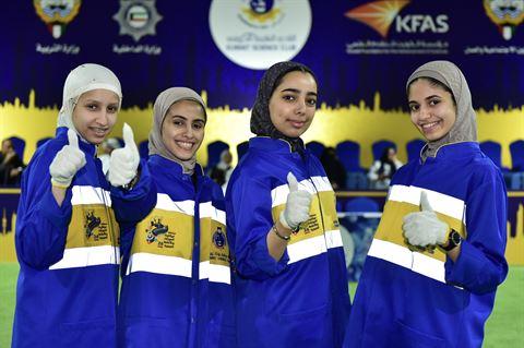 مجموعة من الطالبات المشاركات في المسابقة