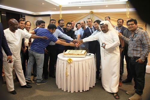 بسام زكريا المدير عام يقطع قالب الحلوى احتفالاً بسنوية كنكزجيت العاشرة