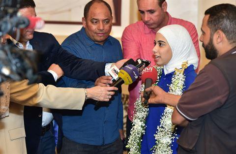 الطالبة لجين عمار صادقي متحدثة لوسائل الاعلام