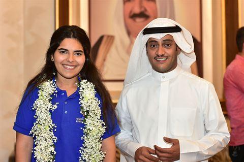 رئيس مجلس إدارة النادي العلمي طلال جاسم الخرافي والطالبة استبرق قصي السنعوسي