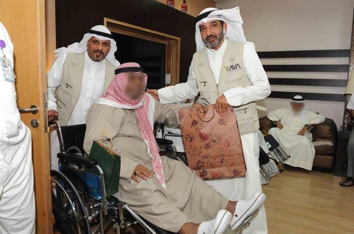 فريق الراية يوزع الهدايا على المسنين