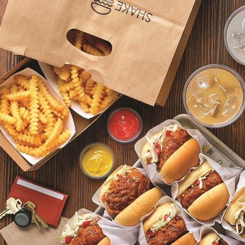 """مطعم """"شيك شاك"""" يطلق برجر الدجاج بالعسل الحار لمدة محدودة"""