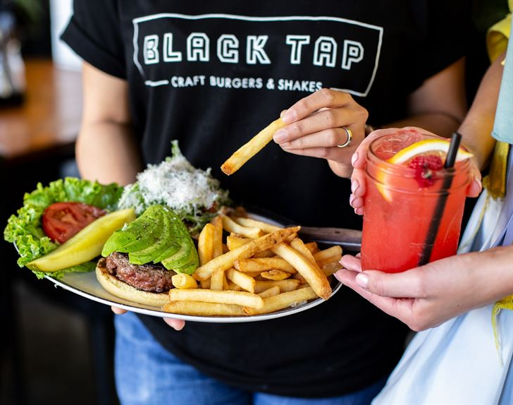مطعم بلاك تاب يحتفي بالذكرى السنوية الأولى على انطلاقه في دولة الكويت