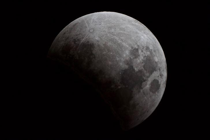 النادي العلمي رصد الخسوف الجزئي للقمر