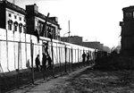 هدم جدار برلين بالكامل.<br />